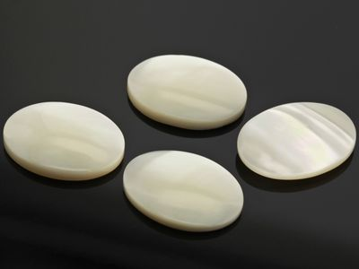 Mother Of Pearl 18x13mm Oval Cabochon (N)