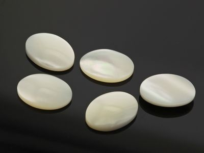 Mother Of Pearl 14x10mm Oval Cabochon (N)