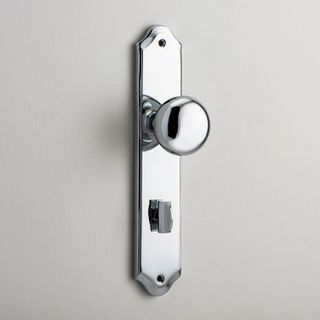 DOOR KNOB CAMBRIDGE ON PLATE PRIVACY CP