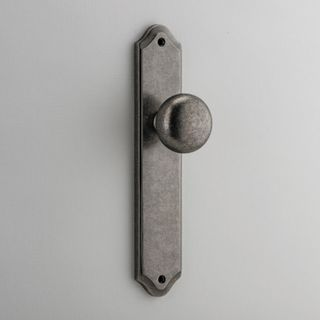 DOOR KNOB CAMBRIDGE ON PLATE LATCH RN