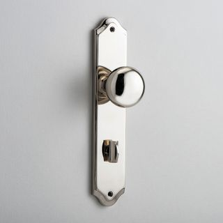 DOOR KNOB CAMBRIDGE ON PLATE PRIVACY PN