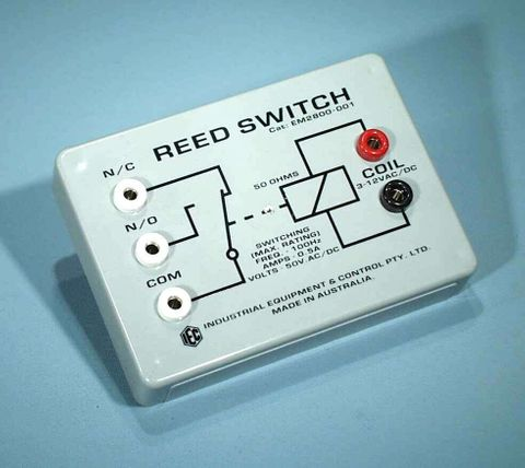 Reed switch in housing with 4mm sockets
